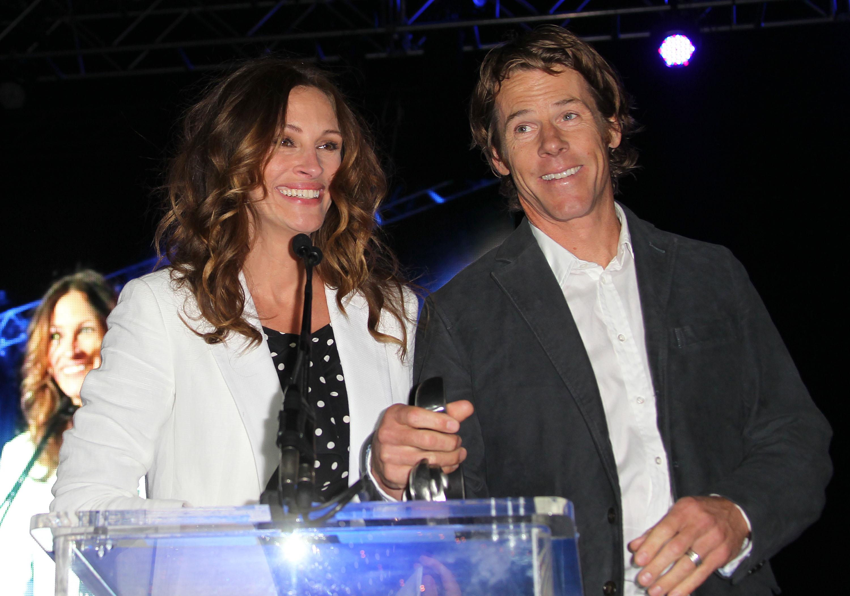 <p><strong>Джулия Робъртс и Дани Модер</strong></p>  <p>Вече 15 години една от най-красивите актриси е щастливо омъжена. А връзката им се крепи само чрез ласки. По телефона двойката си споделят как им е минал денят, а вкъщи се отдават на нежността си.</p>