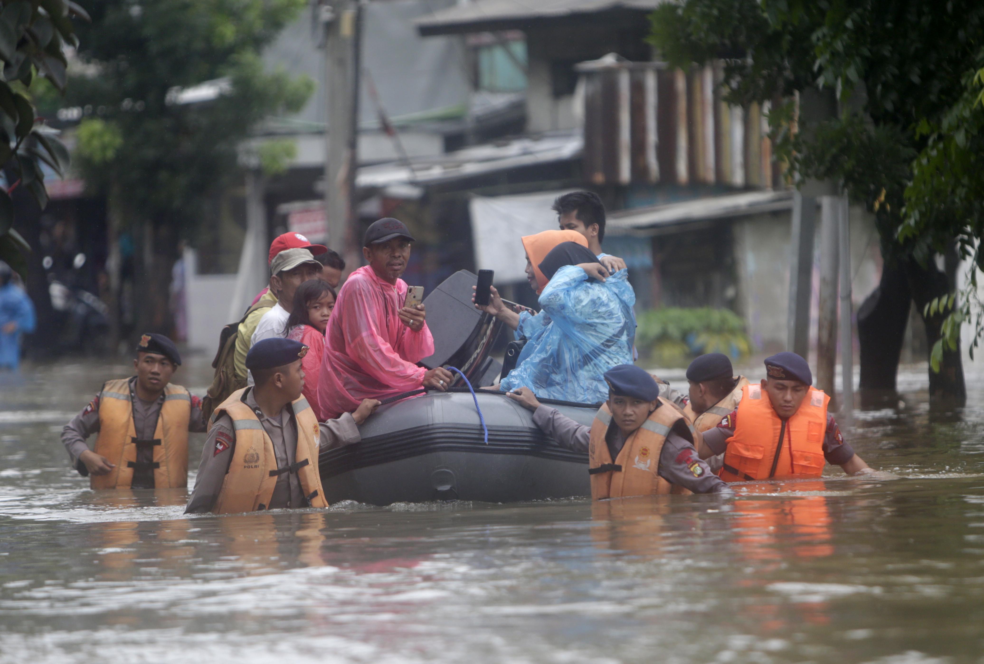 Порои и наводнения залаяха Джакарта, столицата на Индонезия, докато жителите празнуваха Нова година.