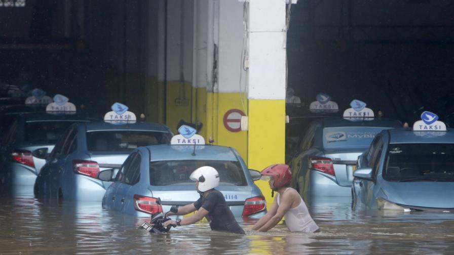 Страшни наводнения навръх Нова година, десетки жертви в Индонезия