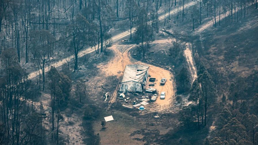 <p>Пожарите в Австралия: Извънредно положение и оцветени ледници</p>