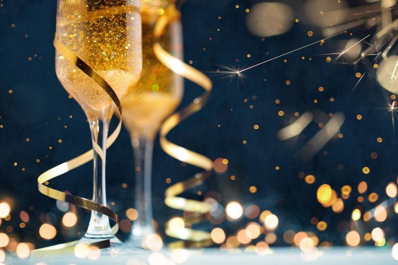 <p><b>Блестящо вино</b></p>  <p>Както и да се променят тенденциите, алкохолната индустрия няма да спре да се развива. В баровете, ресторантите и супермаркетите се забелязва засилен интерес към виното с блестящи частици, при това не само около празници. Престижно е, много модерно, а не прекалено скъпо.<br /> <br /> &nbsp;</p>