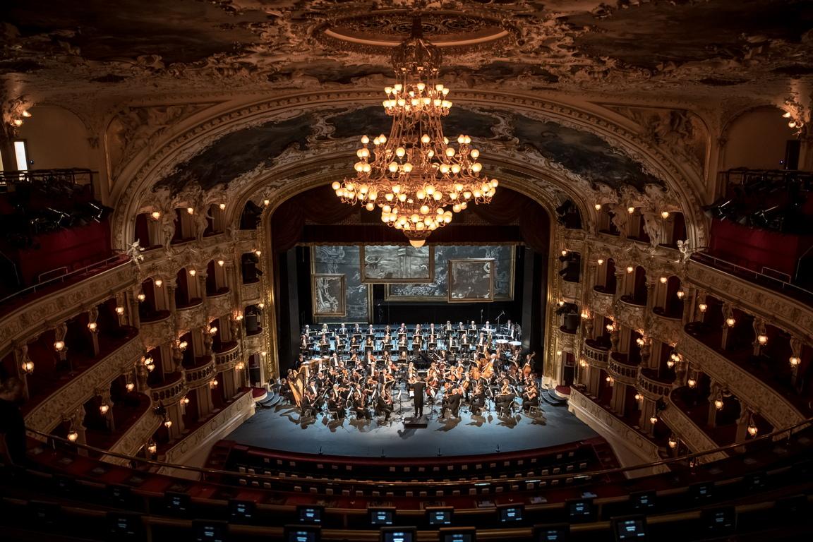<p>Оркестърът на Държавната опера на генералната репетиция за повторно откриване реконструираната Държавната опера в Прага, Чехия.</p>
