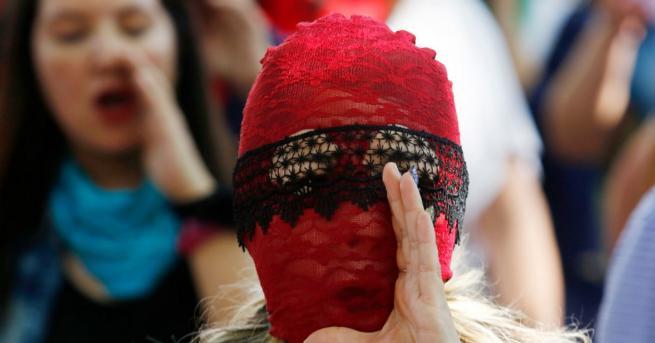 Вдъхновени истории Маскираните феминистки на Чили Как един закон вбеси