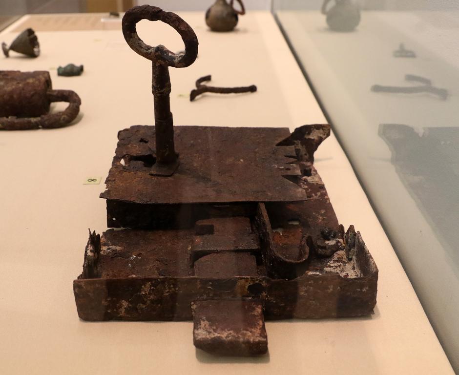 <p>Желязна брава с ключ XIX век</p>