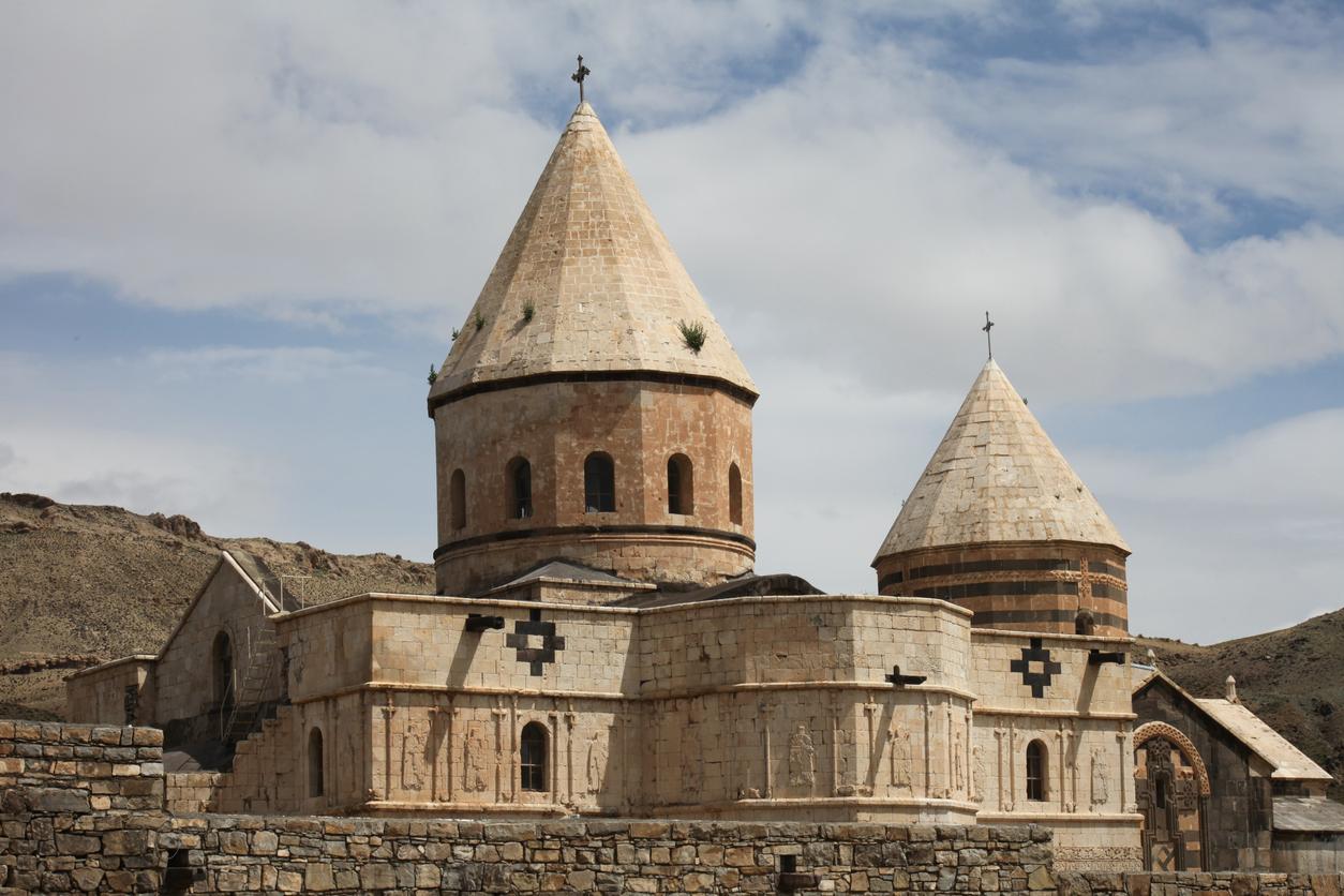 <p><strong>Арменски манастир &quot;Свети Тадеус&quot;</strong></p>  <p>Този манастир е наричан още и &quot;Черната църква&quot; и датира от 7-ми век. Манастирът винаги е бил от високо значение за християните, живеещи в региона и днес все още се посещава от иранската арменска общност. Той е обявен за част от Световното култутно и природно наследство през 2008 г.&nbsp;</p>