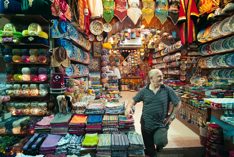3 600 магазина, до 300 хиляди посетители на ден, милиони евро дневен оборот – всичко това и много повече е най-известният базар в Истанбул