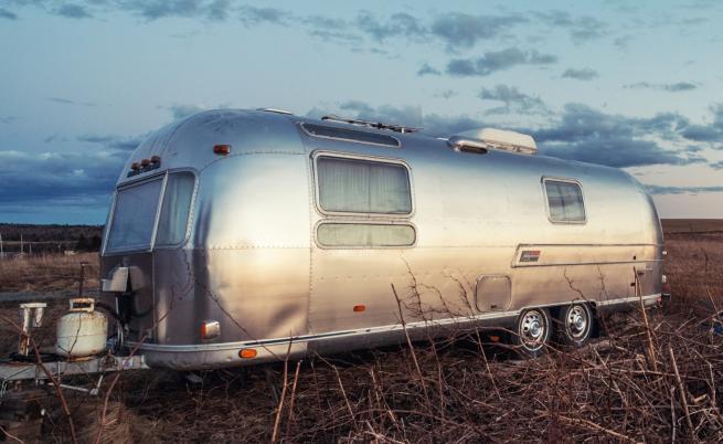 Мъж преобрази стара каравана в малък дом (СНИМКИ)