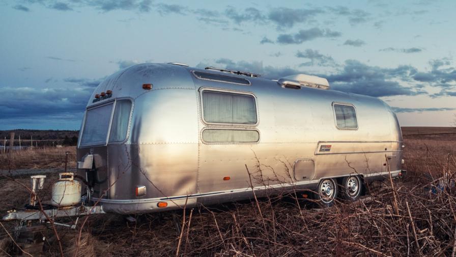 Млад мъж преобрази стара каравана в малък дом