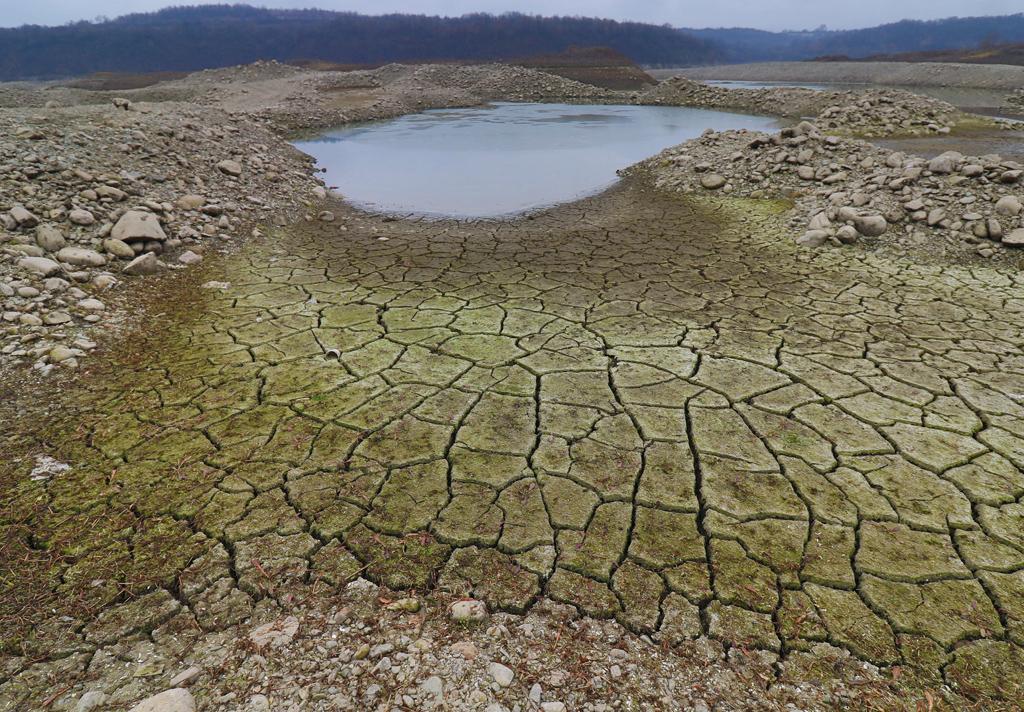 <p>Драстичното спадане на водите в язовир Огоста през последния месец започна да разкрива тайните на дъното</p>