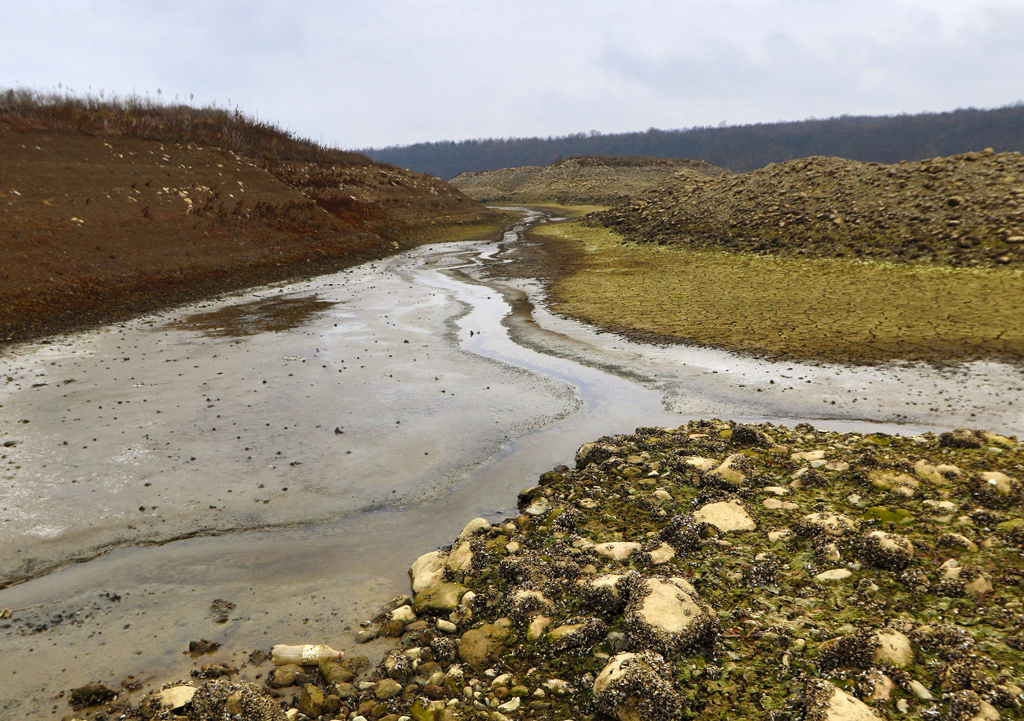 <p>Язовира в Северозападна България, е четвъртият по площ и втори по обем изкуствен водоем в страната. Събира водите на реките Огоста, Бързия и Златица, и се намира на 600 метра югозападно от крайните квартали на Монтана, на 60 метра над нивото на града. Водосборният басейн е с площ 948 км2, а самият язовир заема площ от 23,6 км2. Средногодишната водна маса е 384 млн. м3, а общият обем &ndash; 506 млн. м3.</p>