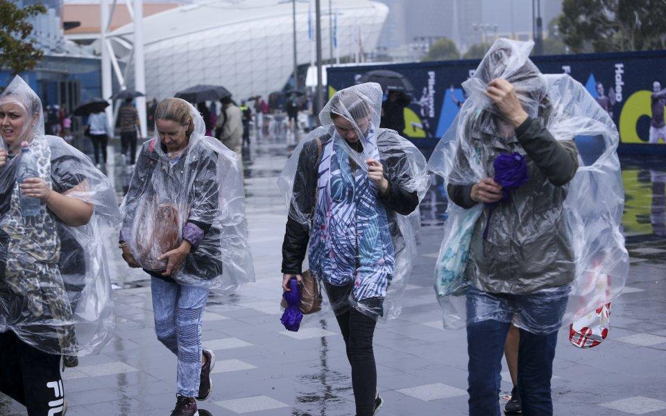 Мачовете на външните кортове в Мелбърн бяха отложени заради поройни