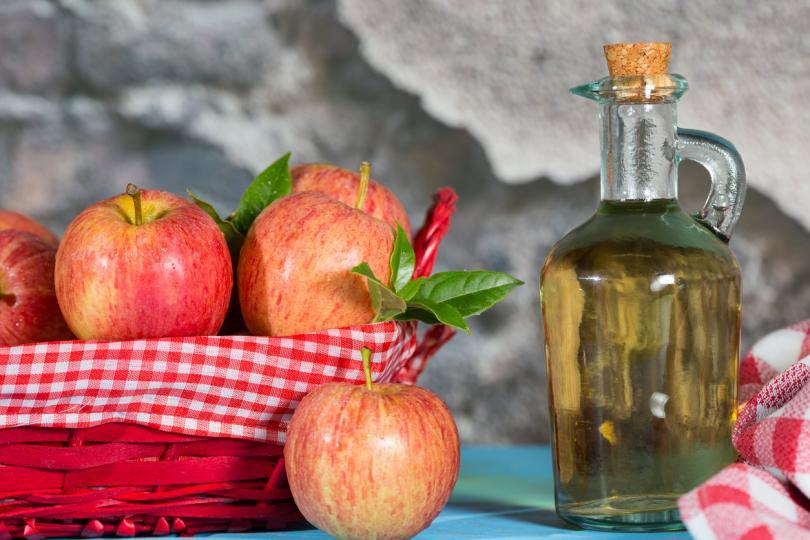 <p><strong>Ползи от употребата на ябълков оцет:</strong></p>  <p>1 супена лъжица нефилтриран оцет, която трябва да бъде разтворена в чаша вода, ще подобри храносмилането. Освен че ще балансира киселинността в стомаха, в него се съдържа пектин от ябълките, които облекчава чревните спазми.</p>