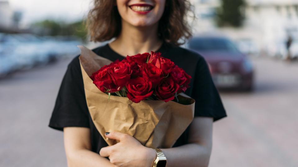жена усмивка цветя рози букет
