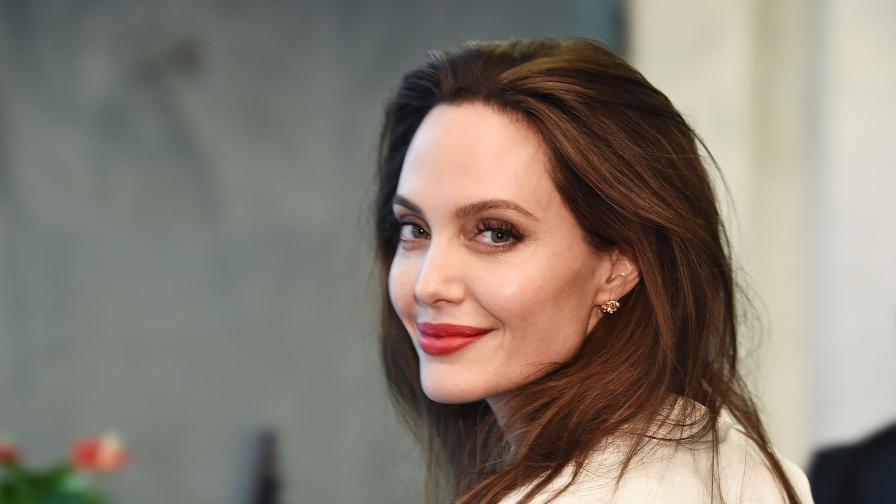 Рускиня е двойничка на Анджелина Джоли...