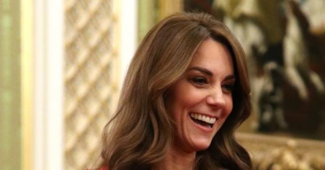 Любопитно Кейт блести, докато Меган се крие в Канада Дукесата