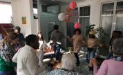 Доброволци танцуват хоро с възрастните