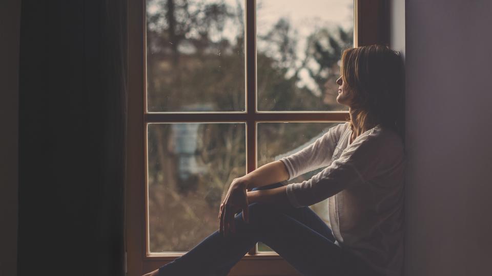 жена прозорец тъга замислена
