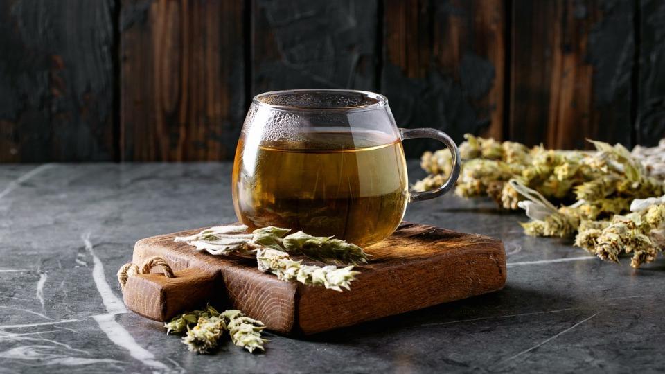 <p>Мурсалският чай съдържа голямо количество антиоксиданти. Има тонизиращо, укрепващо и антианемично действие. <strong>Понижава кръвното налягане и съответно редуцира риска от сърдечен инфаркт и инсулт</strong>.</p>