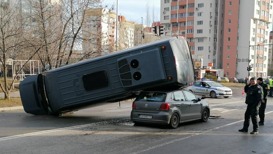 Зрелищна катастрофа, бус смаза кола в София