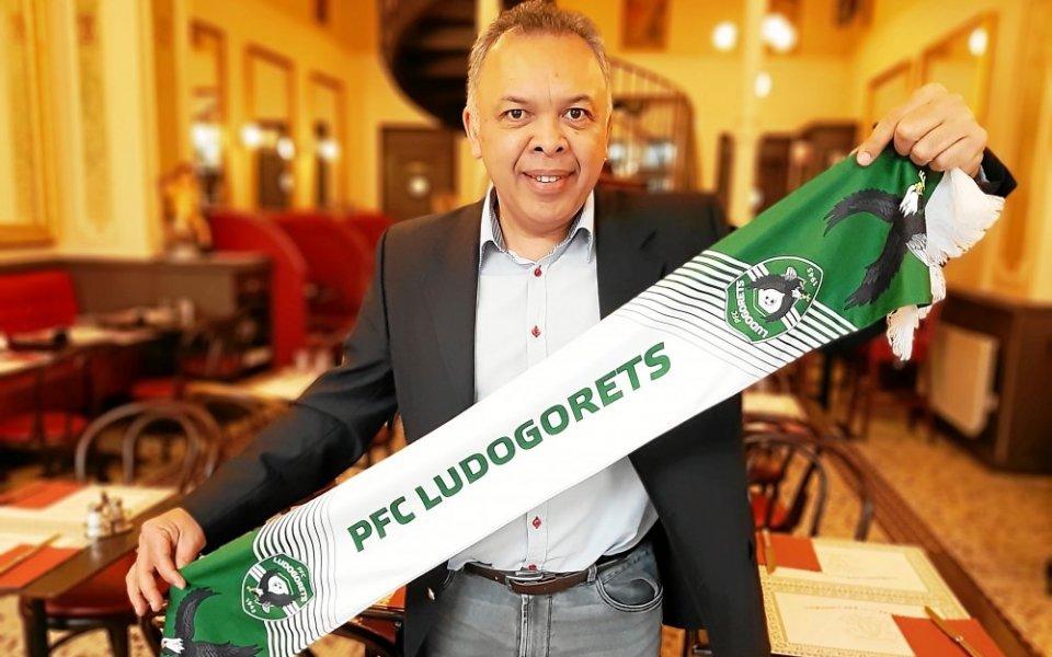 Това е Норбер, президент на фен клуба на българския Лудогорец