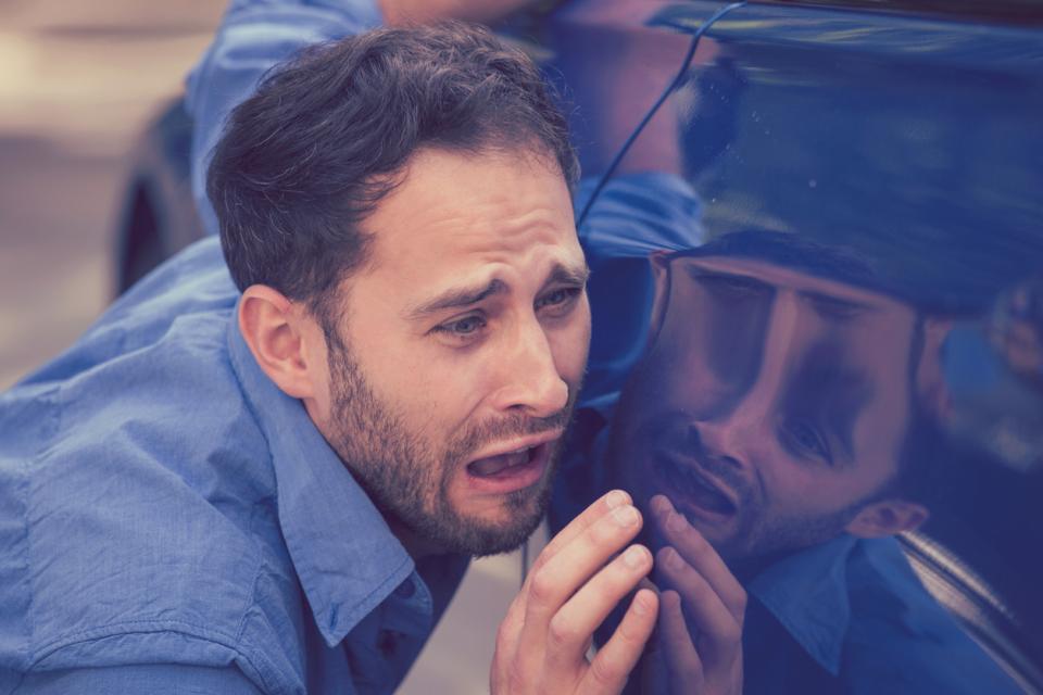 мъж тъга кола сълзи плач