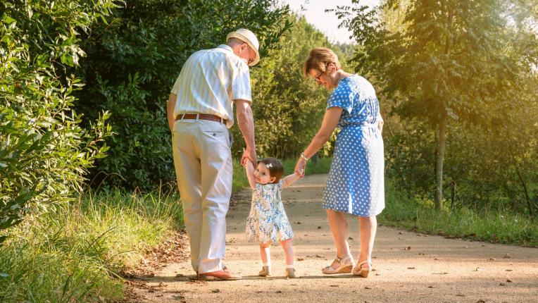 Децата, които израстват с бабите и дядовците, са по-щастливи и по-спокойни от другите