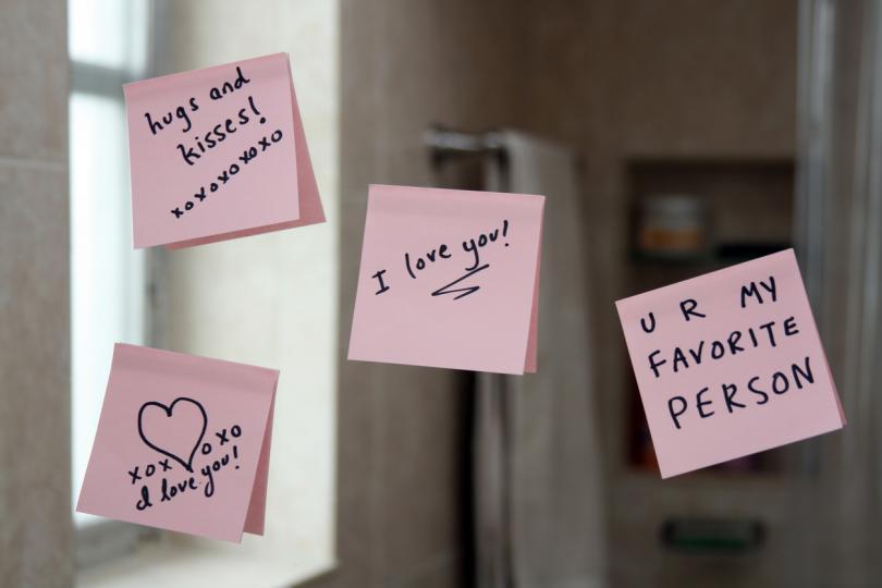 <p><strong>20 причини, заради които те обичам</strong></p>  <p>Обясненията в любов трябва да се правят всеки ден в годината. Не само на 14.02. Но какво пък ако изненадаме половинката ни приятно И тогава с няколко послания?</p>  <p>Идеята е следната.</p>  <p>Още от предната вечер изчаквате любимия човек да заспи, промъквате се в другата стая и правите списък с 20, а защо не и повече, причини, поради които го обичате. Изписвате всяка причина на цветно лепящо се листче - продават се във всяка книжарница. Лепите после листчетата на огледалото в банята или коридора и чакате сутринта на 14.02 реакцията му.</p>