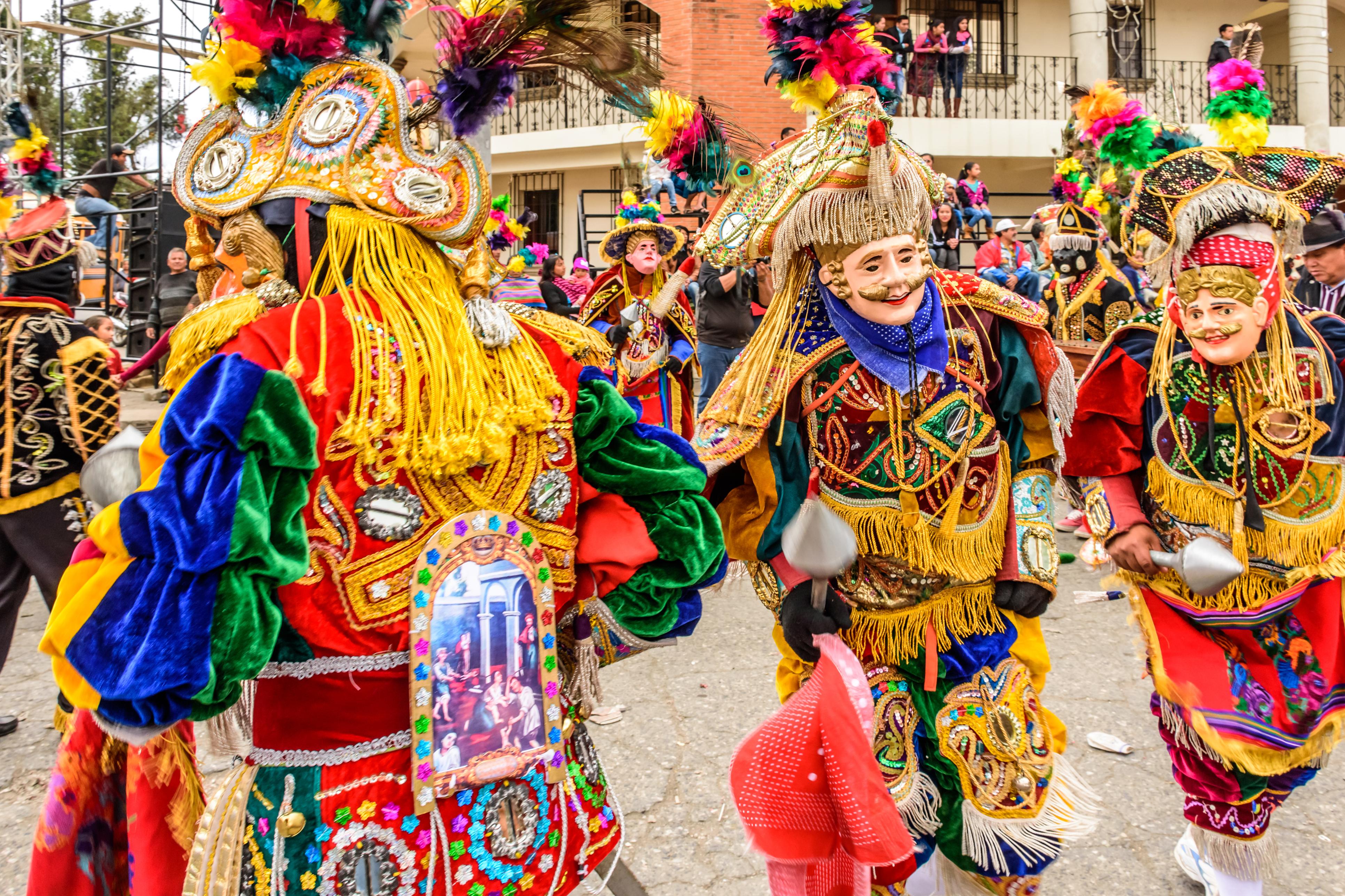 <p>За празника Свети Валентин гватемалските старци се обличат с пера, слагат си маски и честват &bdquo;старата любов&rdquo; по време на парада на &bdquo;старшите жители&rdquo;.</p>