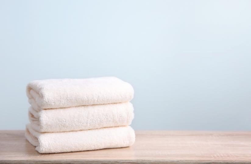 <p><strong>Мокра кърпа</strong><br /> <br /> Сложете дрехата на гладка повърхност, покрийте големите гънки с мокра кърпа и притиснете силно с ръце. След това оставете дрехата да изсъхне.</p>