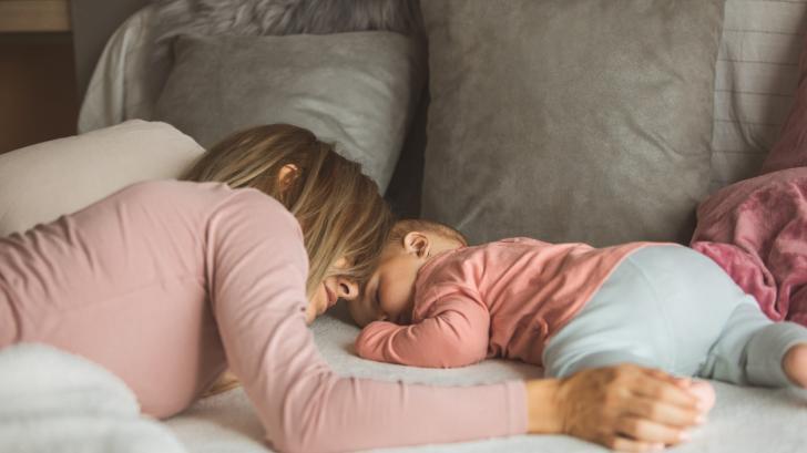 Бебето се събужда твърде рано? Ето каква е причината и какво може да направите