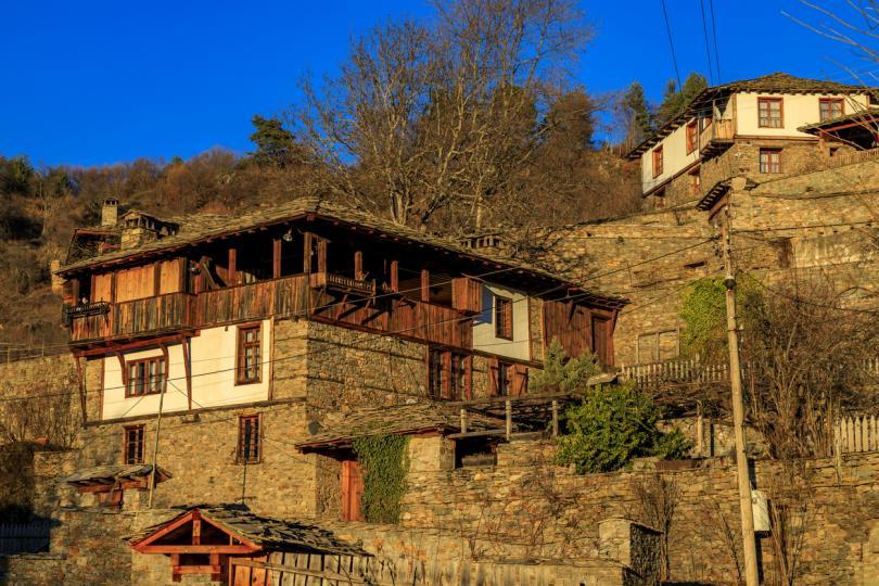 <p><strong>Село Ковачевица, област Гърмен </strong>-&nbsp;Тъмната гора&nbsp;край Ковачевица е обявена за резерват. Селото е запазило автентичния си вид от XVIII &ndash; XIX век и обявено за архитектурно-исторически резерват. Къщите са почти изцяло изградени от камък, включително и покривите, като само при най-високите последният етаж е от дърво.</p>