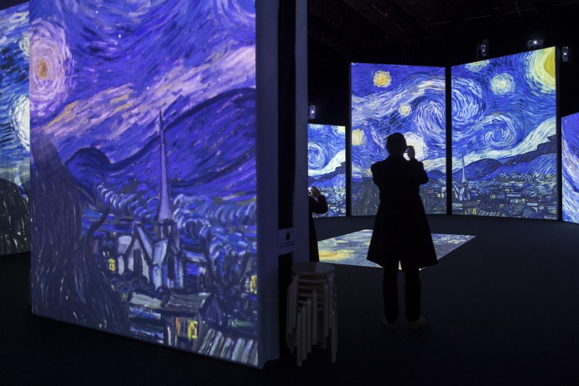 Придружени от стимулиране на класическата музика, над 3000 впечатляващи, кристално чисти изображения се проектират върху всички възможни повърхности: стени, колони и дори пода.
