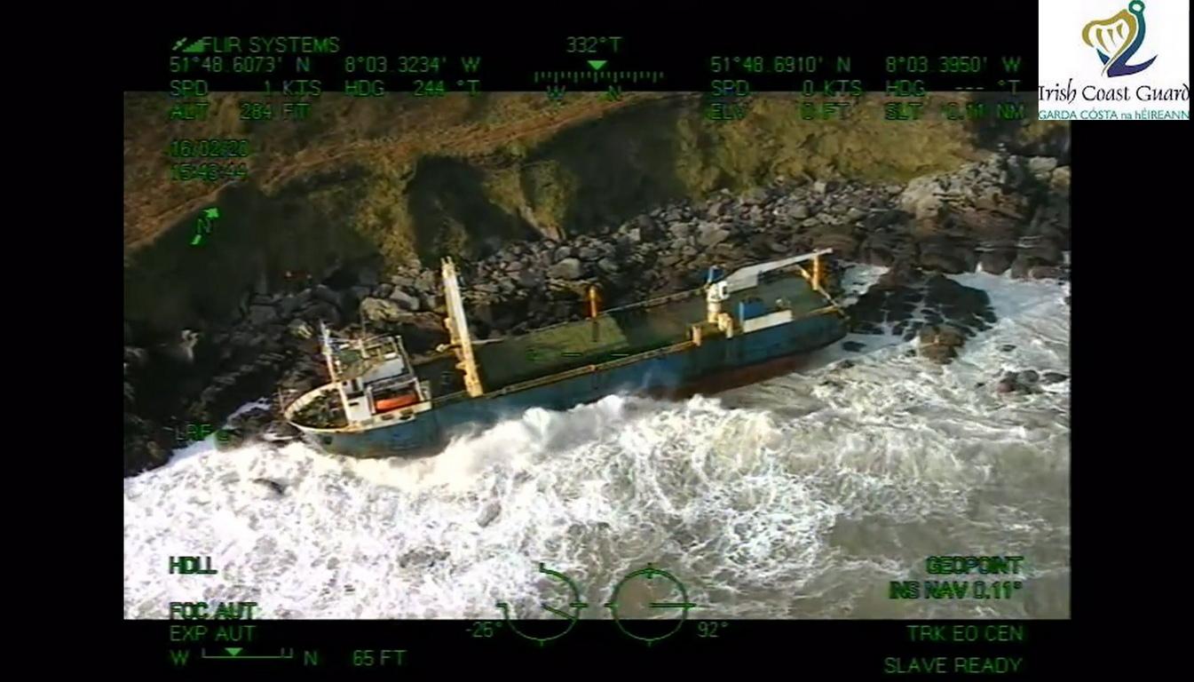 <p>Ръждясалият търговски кораб беше виждан край Америка, Африка и Европа, като упорито отказва да потъне.</p>  <p>Пътуването му приключи в неделя, след като бурята Денис го изхвърли на скалист бряг в Ирландия.</p>