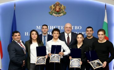 Министър Кралев награди медалистите при борците от Европейското в Рим