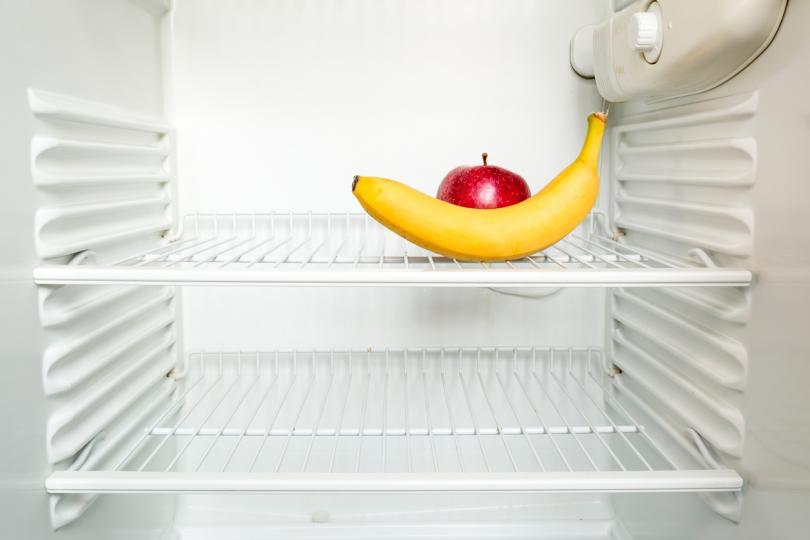 <p><strong>Съхранение на всички налични плодове и зеленчуци в хладилника </strong></p>  <p>Това е особено изкушаващо, ако имате голям хладилник.&nbsp;Картофите, доматите, ябълките и бананите обаче не трябва да се слагат в хладилник, тъй като доматите, ябълките и бананите отделят етилен, който ги кара да узряват по-бързо.</p>