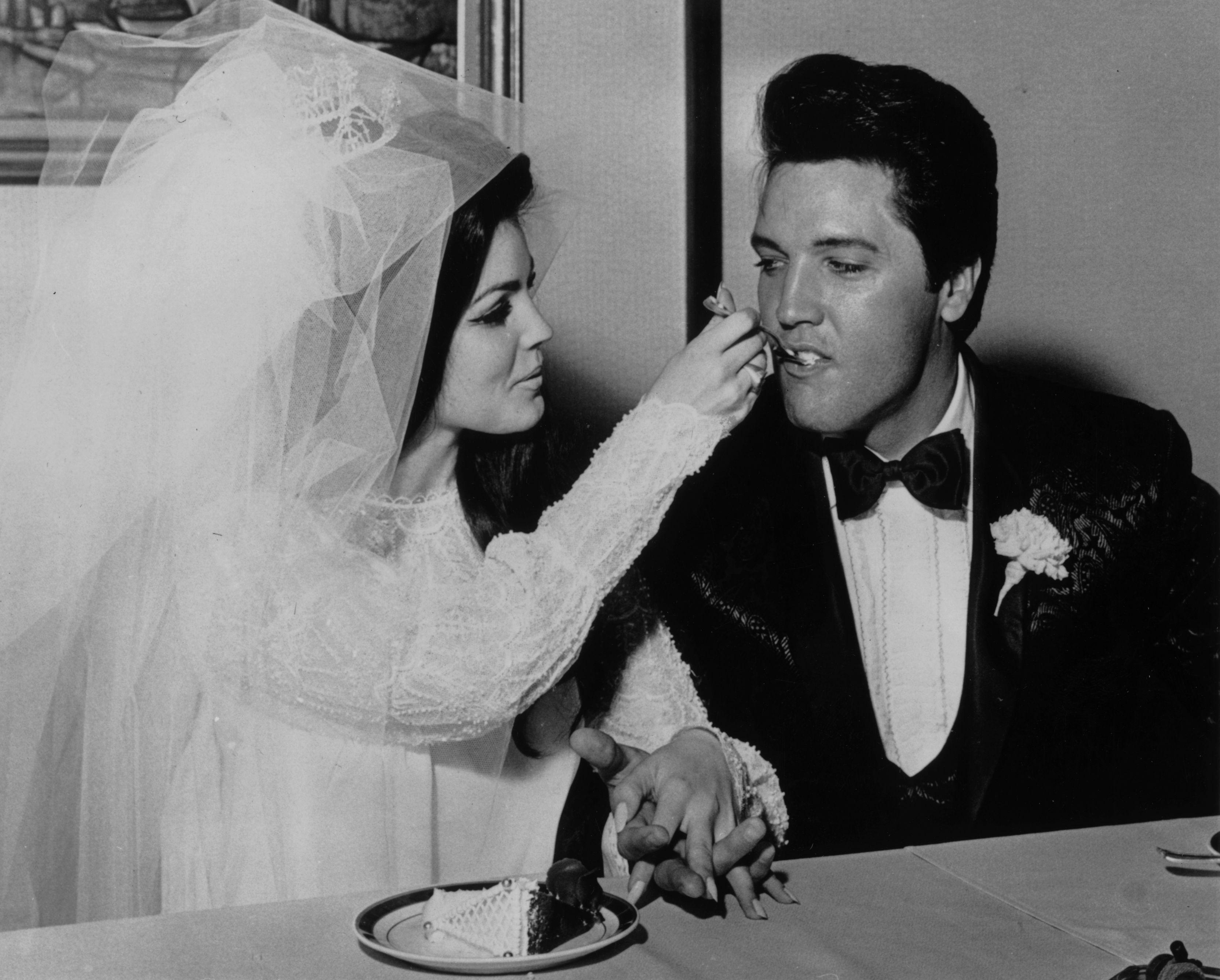 <p><strong>Елвис Пресли</strong></p>  <p>Присила е само на 14 години, когато се среща с 24-годишния Елвис Пресли&nbsp;през 1959 г. Двамата започват връзка и сключват брак на 1 май 1967 г., но се развеждат през 1973 г. Двойката има една дъщеря - Лиза Пресли.&nbsp;</p>