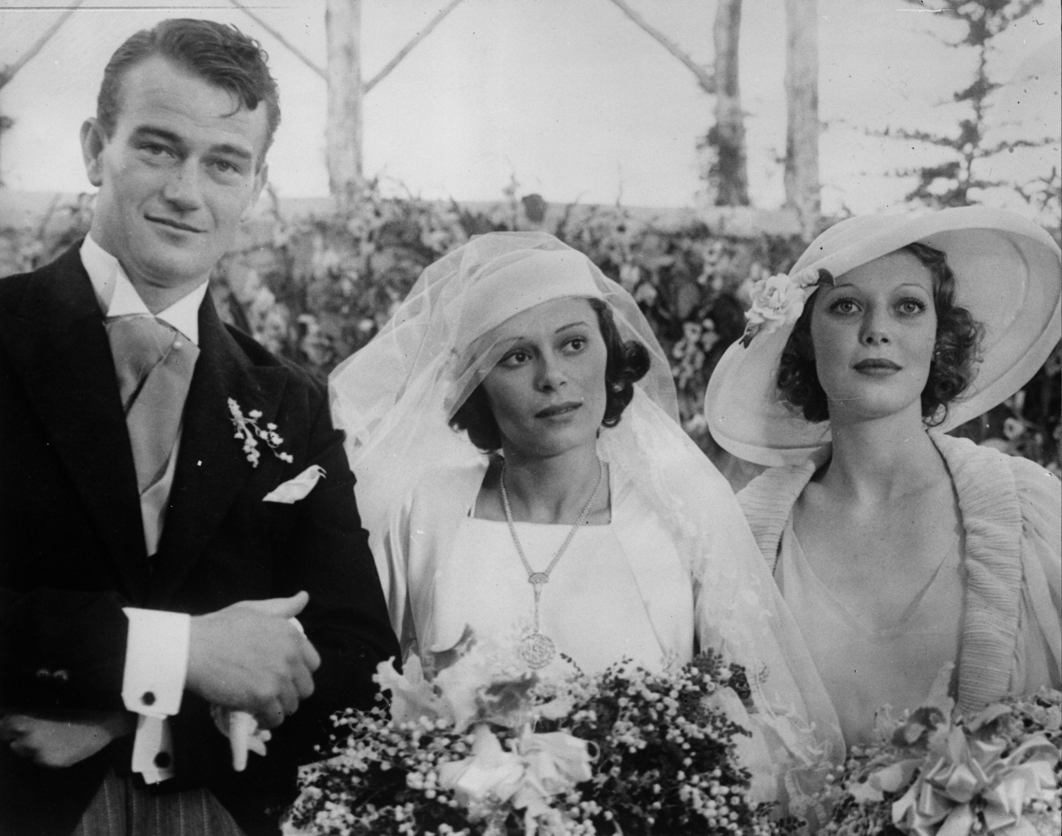 <p><strong>Джон Уейн</strong></p>  <p>Един от най-известните актьори в Холивуд се жени за дъщерята на генералния консул на Панама в САЩ - Джоузефин Саенц. Двамата сключват брак през&nbsp;1933 г., когато Уейн е на 26 години. Те имат четири деца, но се се развеждат през 1945 г.&nbsp;</p>