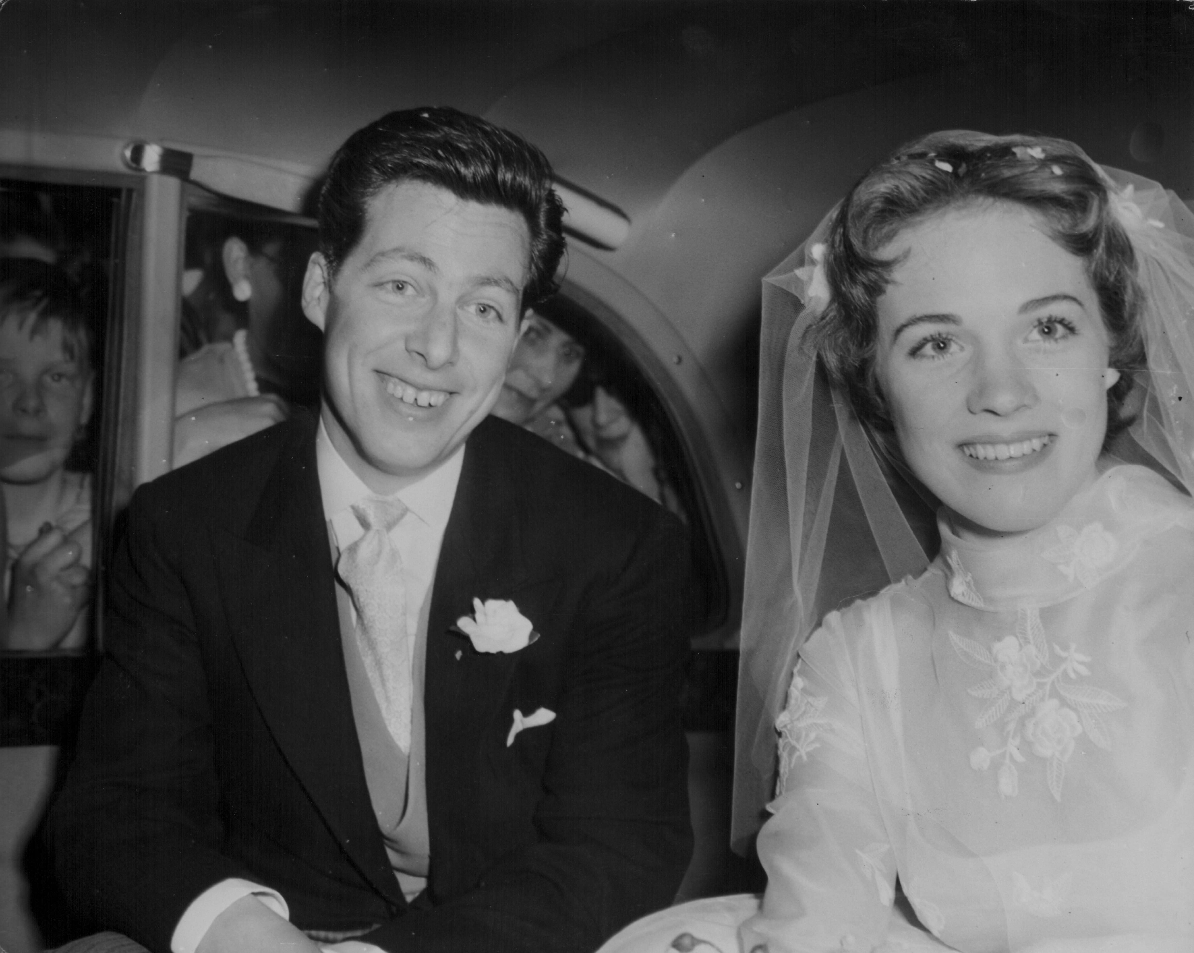 <p><strong>Джули Андрюс</strong></p>  <p>Антъни Уолтън вижда Джули Андрюс за първи път, когато тя е на 13 години. Години по-късно двамата сключват брак&nbsp;в Съри (11 май 1959 г.). Двойката има&nbsp;една дъщеря - Ема. Уолтън и Андрюс се развеждат през 1967 г., но остават близки.</p>