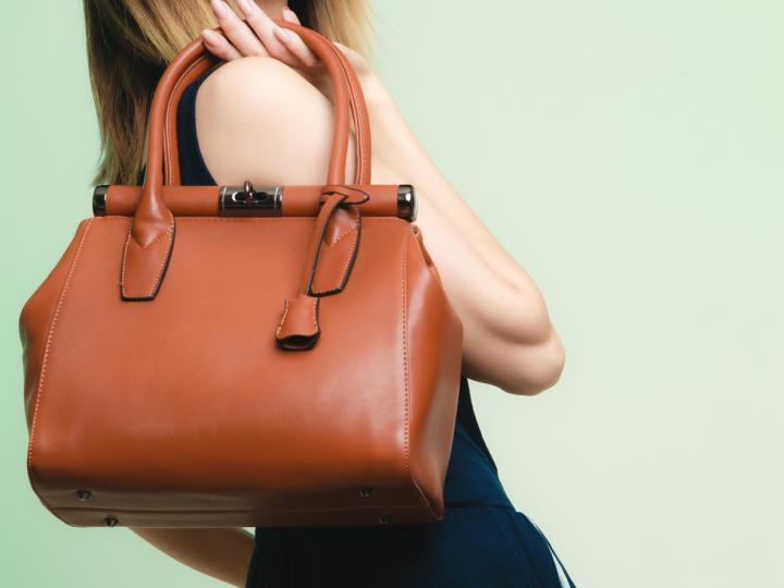 <p><b>Материал</b></p>  <p>Тъй като чантата за работа се ползва ежедневно, добре е да заложите на <strong>материал, който няма да се захаби лесно</strong>. Най-предпочитаният такъв&nbsp;е кожата.</p>