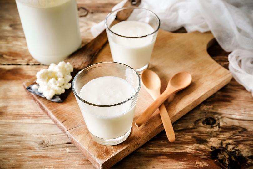<p><strong>Кефир</strong></p>  <p>Кефирът е ферментирала пробиотична млечна напитка. Произвежда се чрез добавяне на кефирни зърна в краве или козе мляко. Всъщност, кефирът може да подобри здравето на костите, да помогне при някои храносмилателни проблеми и да предпази от инфекции. Хората с непоносимост към лактоза могат без проблеми да пият кефир.</p>