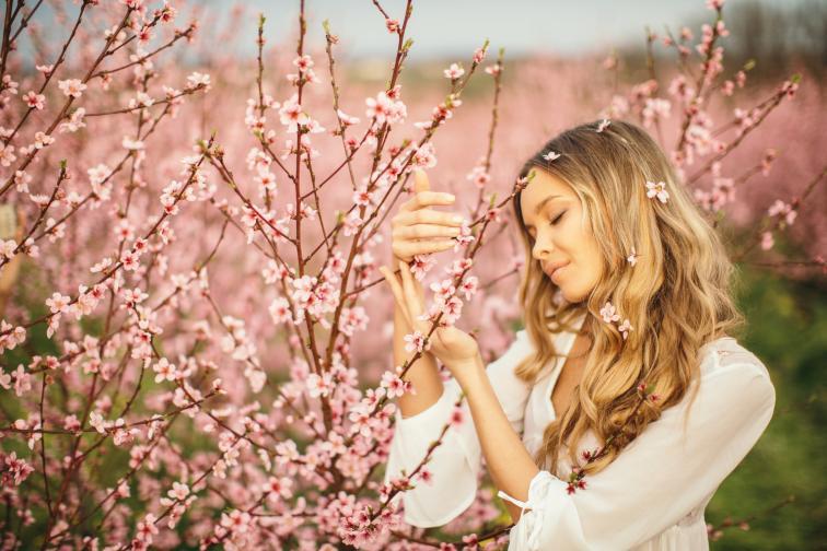 жена пролет цветя дръвчета