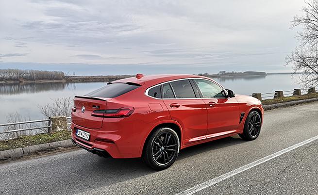 BMW X4 M Competition разчита на специфично за М окачване с адаптивни амортисьори, 21-инчови М алуминиеви джанти с двойни спици 765 М, M Compound спирачки, М Спортна изпускателна система с черни ауспухови накрайници и опционален М Carbon екстериорен пакет (спойлер и дифузьор).