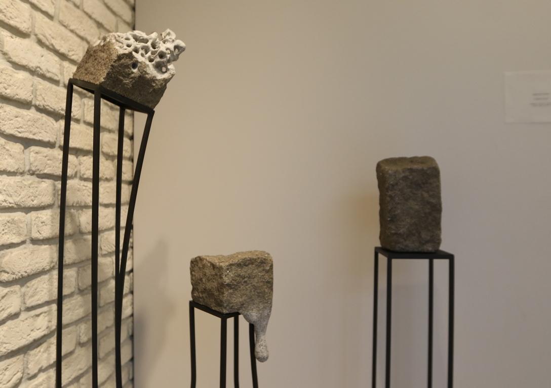 <p>Изложбата представя произведенията на селектираните съвсем млади и вече утвърдени художници, разнообразните им стилове, техники и търсения.</p>