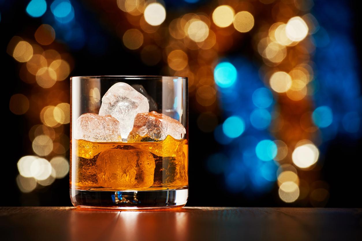 <p><strong>Алкохолът</strong></p>  <p>Редовната консумация на алкохол може да донесе редица вреди на тялото ни, включително и да забави метаболизма ни и усвояването на различни вещества.</p>