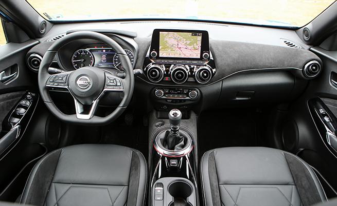 Новата инфоразвлекателна система NissanConnect дава достъп до Apple CarPlay или Android Auto, за да се изведат любимите приложения от смартфона на 8-инчовия дисплей. Водачите могат да ползват и TomTom Maps & Live Traffic.