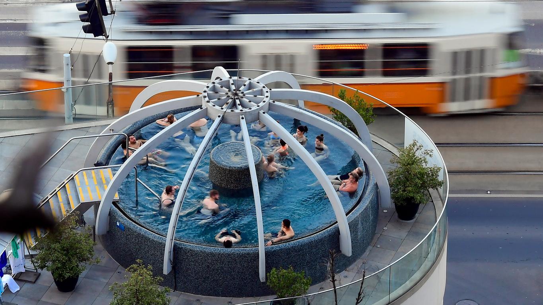 <p>Будапеща се гордее със своите над 130 минерални извора с общ дебит 30 млн. литра топла и 40 млн. литра гореща вода на ден.</p>