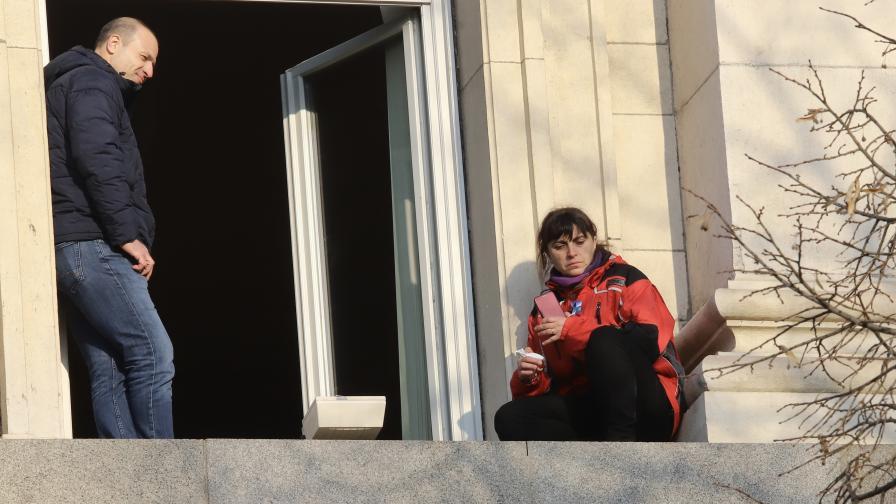 <p>Медицинска сестра на перваза на прозорец в НС, шефът на НСО до нея</p>