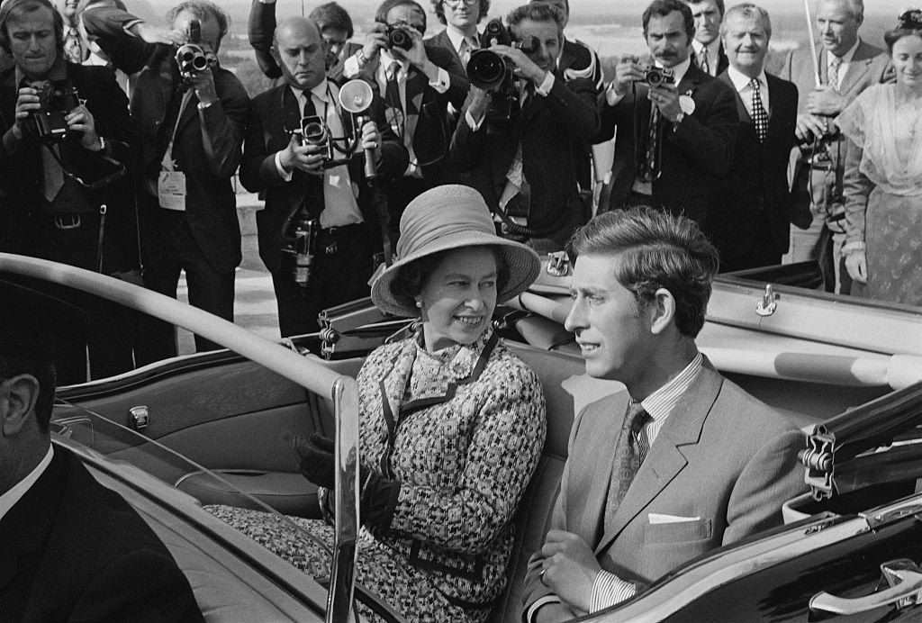 <p><strong>По-дългото управление означава сигурност</strong></p>  <p>Ако принц Чарлз стане крал, то неговото управление ще е много по-кратко в сравнение с това на Елизабет. На 3-годишна възраст Чарлз се превръща в първи претендент за трона. В момента той е на 71 г. Кралица Елизабет застава на трона на 25-годишна възраст. Днес тя е на 93 г. Това притеснява хората, защото, ако Чарлз стане крал, той няма да се задържи за дълго. Това означава, че съвсем скоро след неговото царуване ще трябва да свикват с нов крал или кралица.</p>