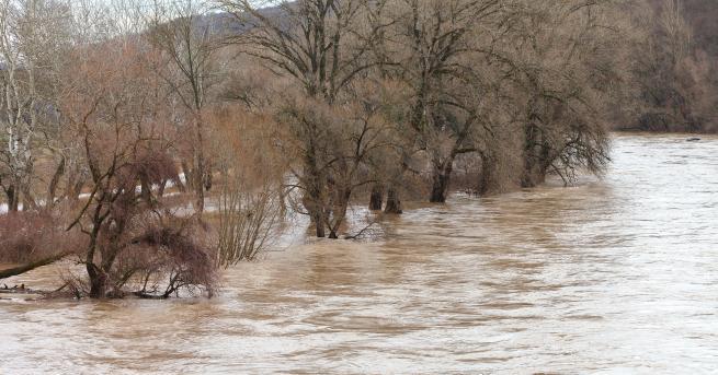 България Придошла река блокира главен път към Мелник Дъждът в