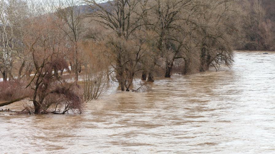 Придошла река блокира главен път към Мелник